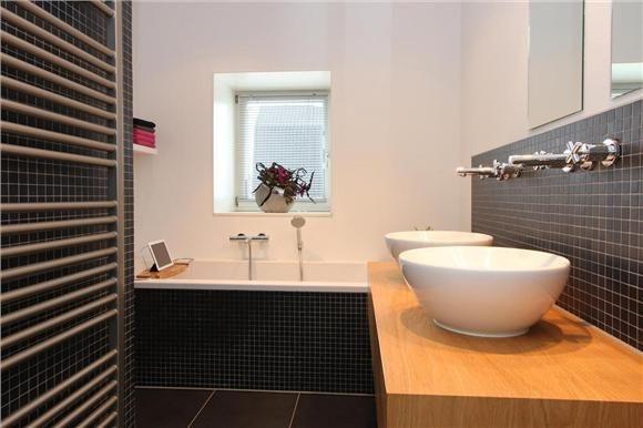 Badkamer Raam Gordijnen ~ Sfeervolle badkamer met gave wasbakken