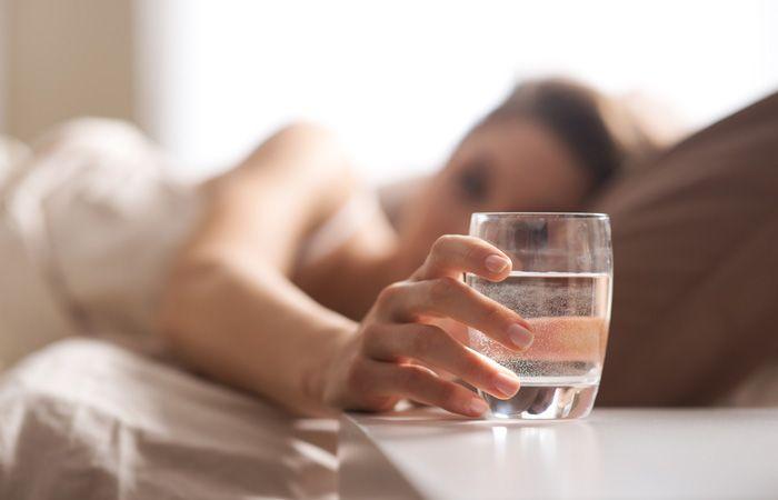 Cari tahu manfaat minum air putih sebelum tidur
