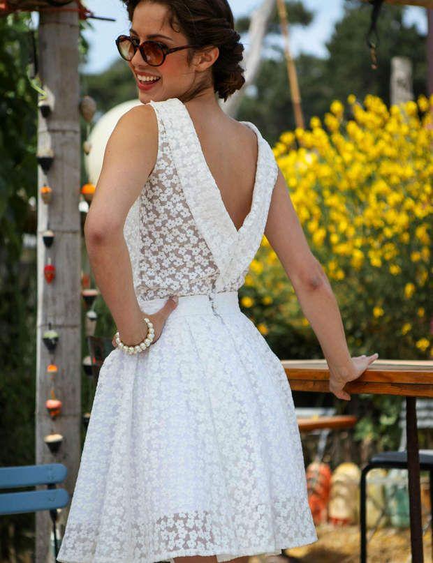 PétillanteRobe courte, motifs brodés fleurs. Blanc uniquement.Modèle Anaïs, Marie Laporte, prix sur demande.
