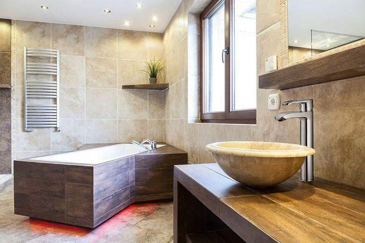Zabudowana wanna w piaskowej łazience. #design #urządzanie #urząrzaniewnętrz #urządzaniewnętrza #inspiracja #inspiracje #dekoracja #dekoracje #dom #mieszkanie #pokój #aranżacje #aranżacja #aranżacjewnętrz #aranżacjawnętrz #aranżowanie #aranżowaniewnętrz #ozdoby #łazienka #łazienki #wanna