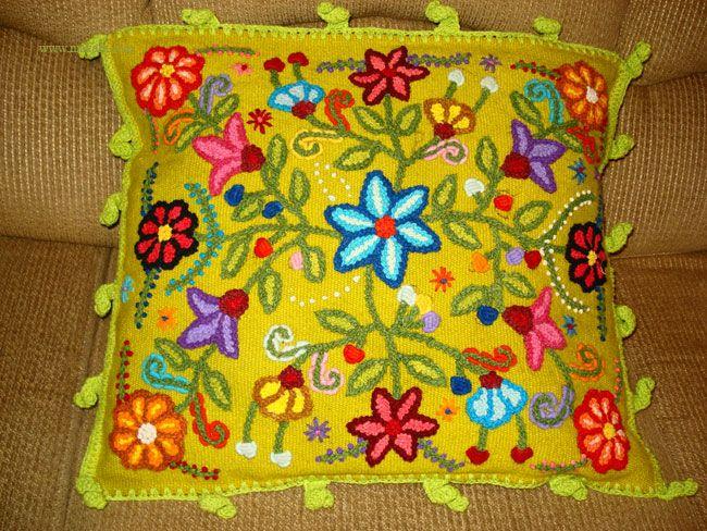 Cojines bordados Ayacucho hechos a mano con lana de oveja Makafa Export exportadora de la mejor Artesanía Ayacuchana - PERU alpaca hecha a mano, Ayacucho, alpaca.