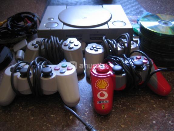 Incluye:   -60 copias de juegos  -5 juegos originales -6 demos de revistas.  Mandos: 2 originales, 2 genéricos.  Cables: alimentación, RCA a Euroconector.  4 memory cards, una de ellas de 4mb especial.  Guía general de trucos, libro de instrucciones del Tekken 3 con combos, guía de Dino Crisis y Wipeout.  -Contras: Hay que poner la consola de forma vertical para una lectura óptima de las copias de juegos, funciona horizontal, pero mejor vertical.     Precio: 40 €