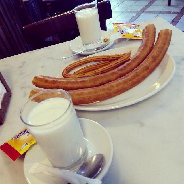 Y así empezamos el día, desayunando con un amigo para alegrar más aún la mañana, amigos que te miman y te tienen preparado el desayuno... Así da gusto, verdad?  Buenos días, arrancamos!!