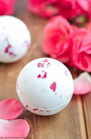 自分で作る手作りのバスボム作品集・かわいい型の入浴剤!バラの香りと花びらをギュッと詰めて  <ローズミルクボム>
