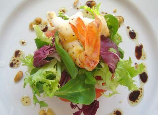 L'antipasto di gamberetti al vapore prevede che la salsa venga realizzata facendo appassire gli scalogni nell'aceto e poi incorporando panna e burro,...