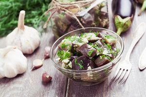 En verano es muy común la preparación de antipastos o conservas para disfrutar como entradas o bocaditos. Veamos una receta para hacer antipasto de berenjenas.