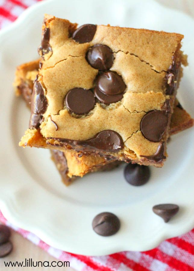 Chocolate Chip Cookie Bars Recipe. A MUST-KEEP recipe that is easy and delicious!