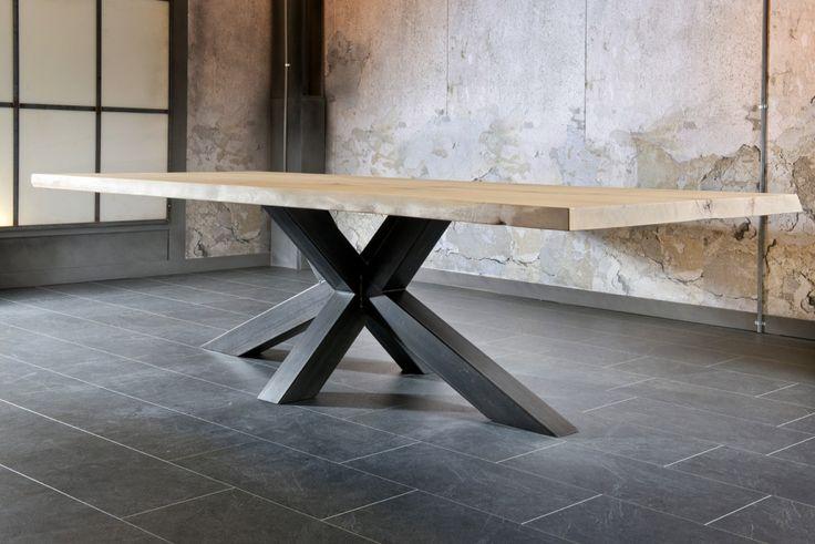 massieve eik, tafel, centrale poot, brut staal, combinatie met metaal, Meubelen Larridon, West-Vlaanderen