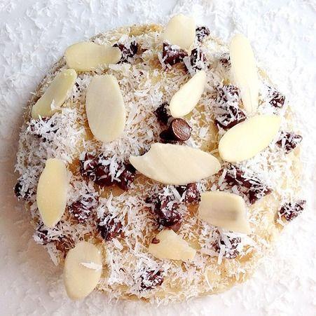 Bowl cake noisette chocolat amande  - 40 grammes de flocons d'avoine - 1 œuf - 3 cuillères à soupe de lait - 1 cuillère à café de sucre ou de miel (facultative) - 1 cuillère à café de levure chimique - Pépites de chocolat - Quelques noisettes concassées (ou une à deux cuillères à café de noisettes en poudre) - Amandes effilées - Noix de coco en poudre (facultatif) Préparation Bowl cake noisette chocolat amande  Dans un bol, mélanger les flocons d'avoine, le lait, l'œuf, le sucre, les…