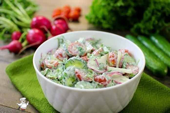 Предлагаю длялегкого ужина рецепт простого и полезного овощного салата... Вариантов, как приготовить легкий овощной салат, может быть достаточно много. Предлагаю очень простой набор ингредиентов заправить сметаной, чтобы получилось полезное и вкусное блюдо. Кроме того, при желании можно добавить в салат сладкий перец, немного моркови и несколько видов листьев салата. ИНГРЕДИЕНТЫ Помидоры черри — 150г.; Редис — 6шт.; Огурец — 2шт.; Салат зеленый — 1 пучок; Зелень — 1 щепотка; Сметана —…