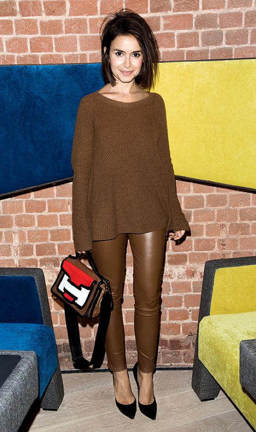 LE FASHION BLOG MIROSLAVA DUMA MONOCHROME BROWN BURO247 SHORT HAIR BOB RIBBED KNIT THE ROW SWEATER TAN BROWN LEATHER PANTS LEGGINGS BLACK PUMPS PIERRE HARDY COLORBLOCK MULTI SATCHEL BAG RED BLACK WHITE photo LEFASHIONBLOGMIROSLAVADUMAMONOCHROMEBROWN.png