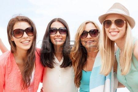 letnie wakacje, urlop na plaży i - dziewczyny w odcieniach zabawy na plaży Zdjęcie Seryjne - 21946026