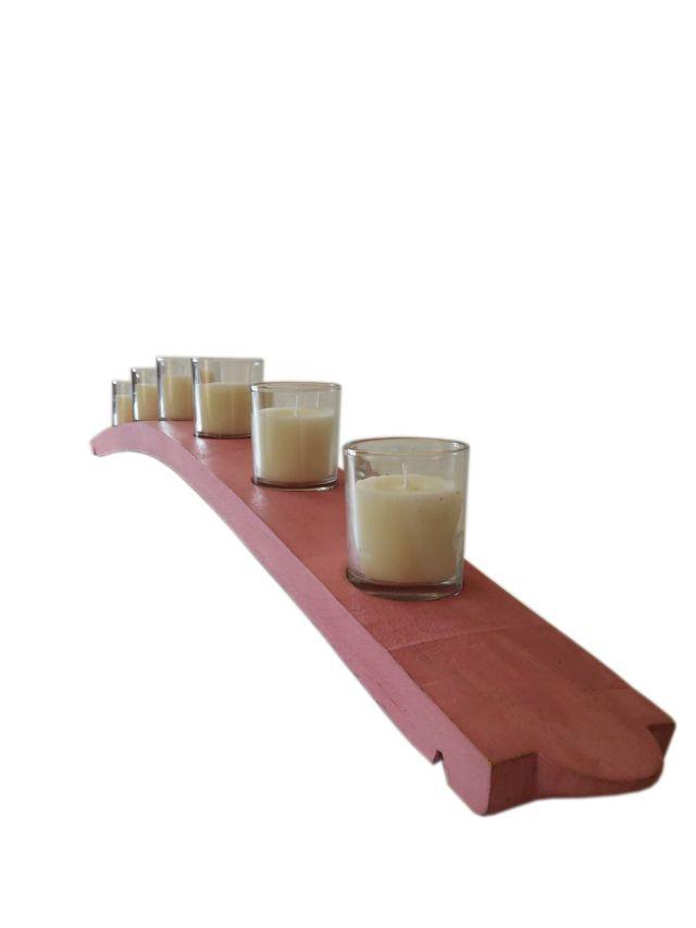 Portavelas Alava realizado en madera de roble y pintado en color rosa antiguo en efecto tiza y con 6 velas con aroma a vainilla.