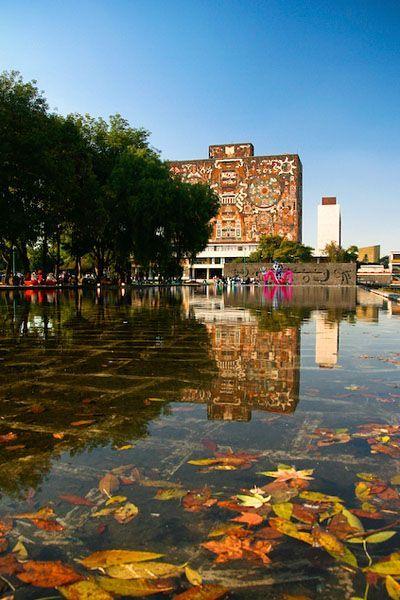 Maravillosa imagen de la Biblioteca Central de la UNAM, Ciudad de México. El Campus de la UNAM fue declarado Patrimonio de la Humanidad por la UNESCO. Los exteriores de este edificio están decorados con mosaicos que refieren a elementos culturales como la ruedas zodiacales de tiempos coloniales, elementos de las culturas mexicanas prehispánicas y del México moderno.