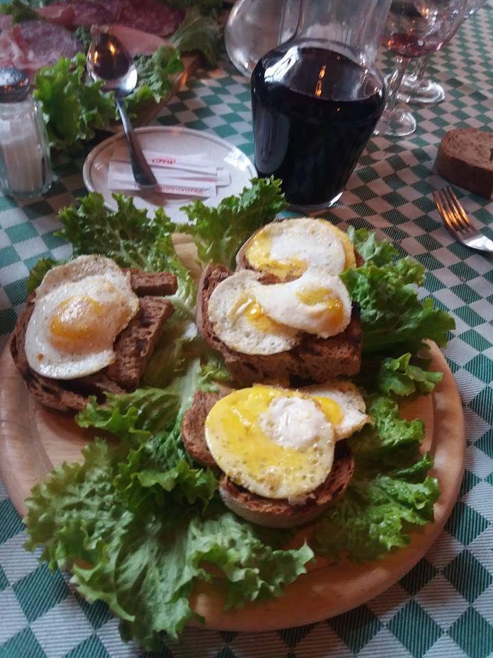 uova di quaglia su crostone di pane, con burro al tartufo