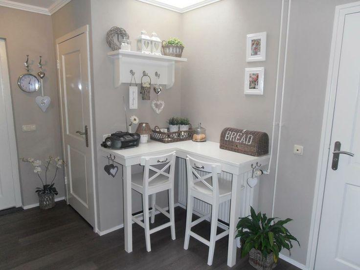 Vul een leeg hoekje in de woonkamer op door een hoge tafel met barkrukken neer te zetten. Handig om even aan te werken of om aan te ontbijten.