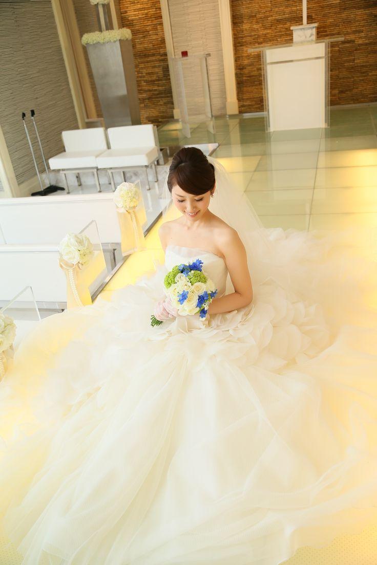 Instagramで3,000人以上のフォロワーを持ち、端正な顔立ちとシンプルで大人っぽい雰囲気の結婚式が魅力のmsbride319さん。 彼女のウェディングは「空」をテーマにおこなったそう!そんなこだわりある結婚式を取材いたしました。 会場の決め手はプランナーさんの親しみやすさ   編集T:こんにちは。本日はmsbrideさんの結婚式についていろいろお伺いしたいのですがよろしいでしょうか? msbride319さん(以下:M):はい、もちろんです。よろしくお願いいたします。 編集T:まずはじめに、式場と時期をお伺いしてもよろしいでしょうか? M:2016年3月に青山迎賓館にて式を挙げました。 編集T:式場の決め手などはありましたか? M:青山迎賓館と、もうひとつホテルで迷っていたところがあって最後まで迷いましたが決め手はプランナーさんでした。他の式場は苗字で呼ぶのが普通ですが、対応してくださったプランナーさんは初対面のときに「お名前でお呼びしてもよろしいですか?」と言ってくださって。一気に親しみが湧きました。 編集T:距離が近く感じていいですね!…