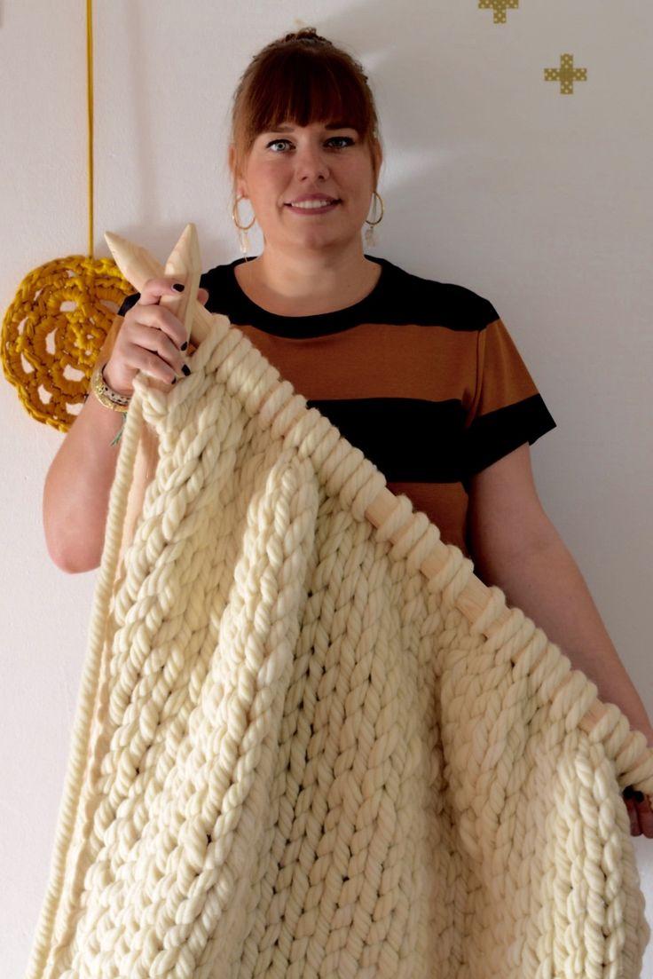 Hier is hij dan eindelijk..!! De reuzen deken die ik maakte van mega dikke wol en reuzen naalden :) Ik ben er zooooo weg van! Het was een droom om iets te doen met zulke gave wol...