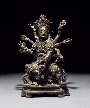 铜摩利支天坐像 创作年代 明代 尺寸 高23.5cm 估价 120,000 - 150,000 RMB 作品分类 佛教文物其它 作品描述 说明:摩利支天也作摩利支提婆,意译为威光天、光明天女、集光天女,是古印度的光明女神,相传为帝释天的眷属。能在太阳前行走,她能看到日天太阳,太阳却看不见她,后为佛教所吸收,列于天部。此天具有大神通自在力,擅于隐身,无人能害,无人能缚,故可护国护民,救兵戈等难,为武士、军官所特别信奉,故在藏传佛教中她是隐身和消灾的保护神,密教的事续将其视为本尊。此摩利支天为八臂,呈菩萨相,头戴花冠。正面生三眼,寂静而笑。 拍卖公司 浙江世贸拍卖中心有限公司 拍卖会 2016年春季艺术品拍卖会 专场名称 佛像专场(净悟梵音)