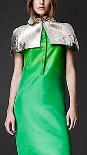 La Capelina es una capa corta, que esta cosida al traje, como si fuese un cuello que caracteriza por estar abierta por delante.