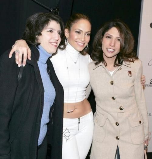 Jennifer Lopez with her younger sister Lynda and Leslie