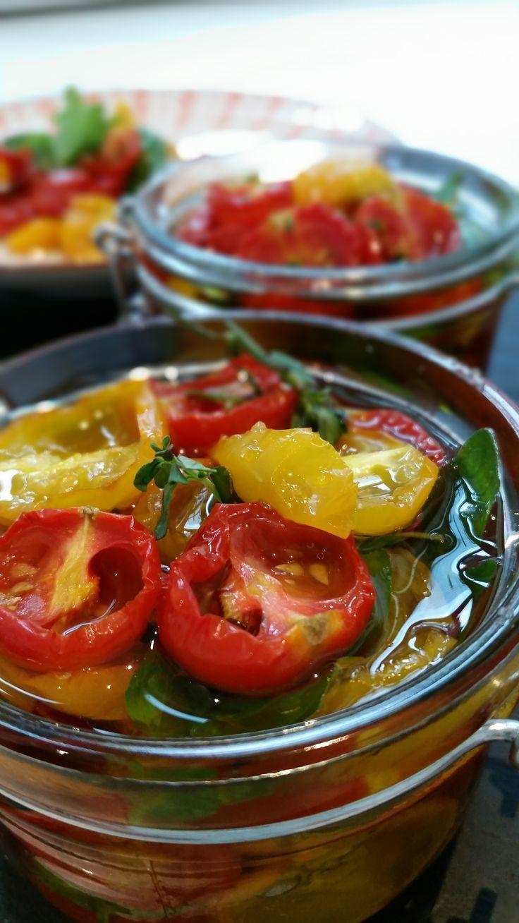Optisch ein totales Highlight auf jeder Tafelund ganz frisch gemacht sind sie eine Aroma- Wucht! Die kleinen Tomaten verbringen acht Stunden im Ofen bevor sie dann im Kräuteröl baden. Wenn die So...
