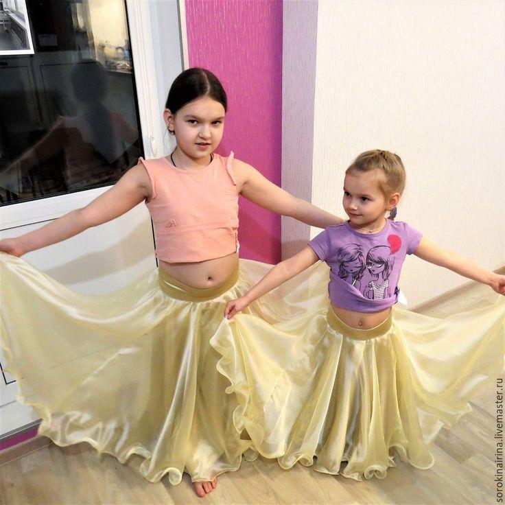 Недавно мои доченьки (им сейчас 9 и 6 лет) начали заниматься восточными танцами. И, как многие родители дочерей-танцовщиц, мы столкнулись с вопросом костюмов для отчетных концертов и выступлений. Если быть точной, немного смутила итоговая стоимость костюмов с учетом материалов и пошива, ведь мне нужно 2 костюма. Скажу честно, до этого швейной машинкой я пользовалась регулярно, но, являясь…