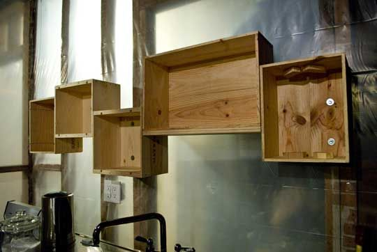 Awesome- Finally found the right wine crate box project.    http://www.apartmenttherapy.com/diy-winebox-shelves-55737