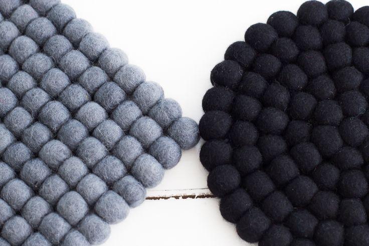Schwarz und grau sind klassische Lieblingsfarben und passen gut zu diesen Filzuntersetzer.