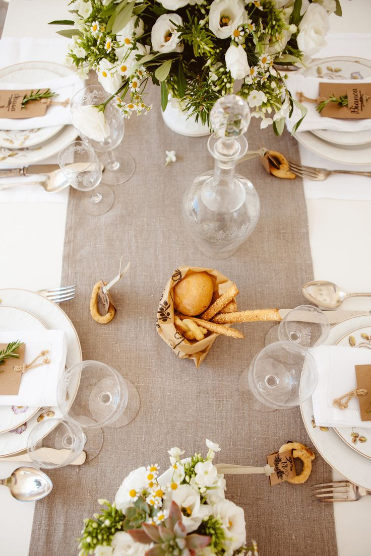Olive branches and rosemary centertable and bagels placeholder | Centrotavola margherite, rami di ulivo e di rosmarino e taralli segnaposto |  Apulian Wedding Isnpiration | Ispirazione dalla Puglia! http://theproposalwedding.blogspot.it/ #apulia #wedding #matrimonio #autumn #autunno #fall #wine #wineyard #olive #uliveto #oliva #verde #green #italy #italian #italia #rustic