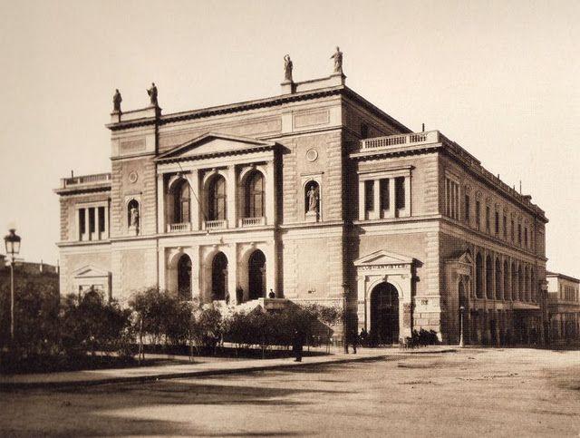 Το Δημοτικό Θέατρο Αθηνών, στη θέση του παλαιού Δημαρχείου (πλατεία Κοτζιά). Λειτούργησε από το 1888 έως το 1939.