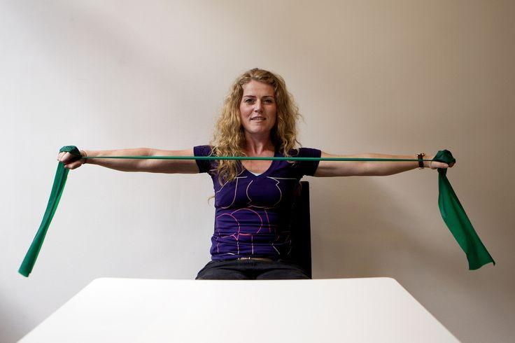 Øvelser med elastik kan være med til at styrke nakken og reducere smerter, siger træningsekspert Birgitte Nymann. Hun står bag Tjeks Frokostfitness, der med 16 enkle øvelser kan få dig i bedre form ved skrivebordet. - Foto: FINN FRANDSEN