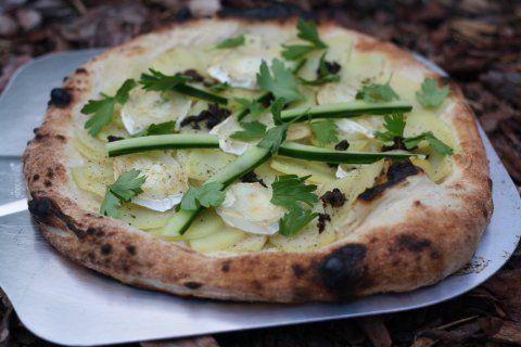 Kartoffelpizza med gedeost, trøffel og grønt