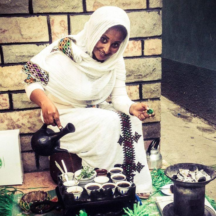 """Asha está casada con Demis, el mecánico de la ONG Amigos de Silva. Para recibirnos, nos prepara la tradicional ceremonia del café etíope: Primero se tuesta el café verde que, después, se muele bien hasta que quede bien fino y se introduce en la """"jebena"""" (la cafetera) para hervirlo. Una vez listo se sirve, con cuidado, a una altura de 10 cm y se toma tres tazas: Abol, Tona y Makara. Por supuesto, no pueden faltar las palomitas, con las que siempre se acompaña."""