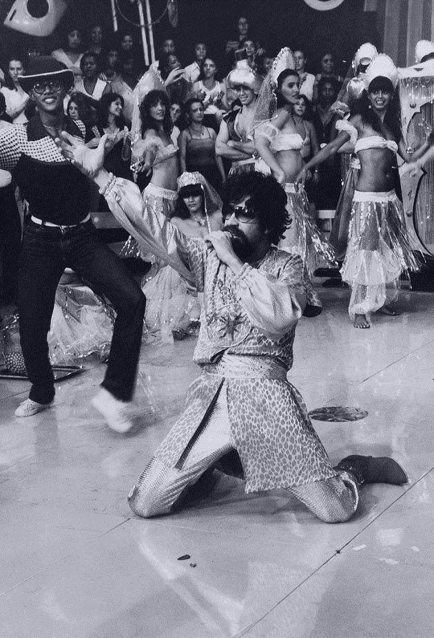 """Raul Seixas em dezembro de 1980, no Programa do Chacrinha, na TV Bandeirantes, lançando seu disco """"Abre-te Sésamo"""".   Veja mais em: http://semioticas1.blogspot.com.br/2011/11/desobedeca.html"""