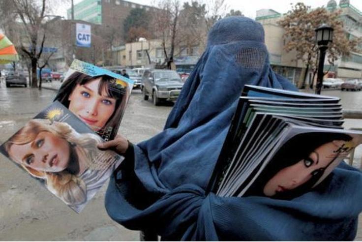 Wie is die vrouw in boerka die westerse glossy's verkoopt op straat? - Afghanistan ongecensureerd (Ton Koene)