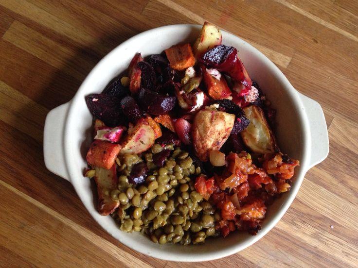Rotfrukter i ugn med fetaost och örter. -gröna linser ordentligt kokta tillsammans med buljong och mycket curry. -syrlig tomatröra med bönor  Gott! vegetariskt! Lättlagat!