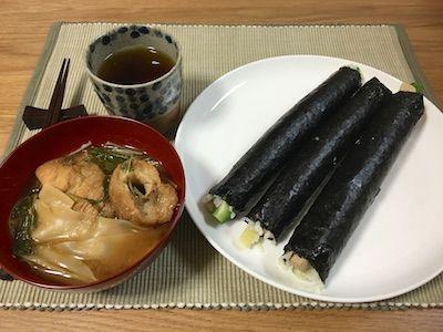 宮城県の家庭料理「はっと汁」です。小麦粉の薄い生地の入った汁碗。今回は麩と水菜が具です。はっと汁という名前は土地の大名が「こんなうまいものを下々の者が食べるのはご法度だ」と叫んだのが名前の由来とのこと。ほんまかいな。 ごはんのほうは、今日は節分ですので恵方巻きを作りました。高野豆腐と胡瓜とタクワンを巻きました。