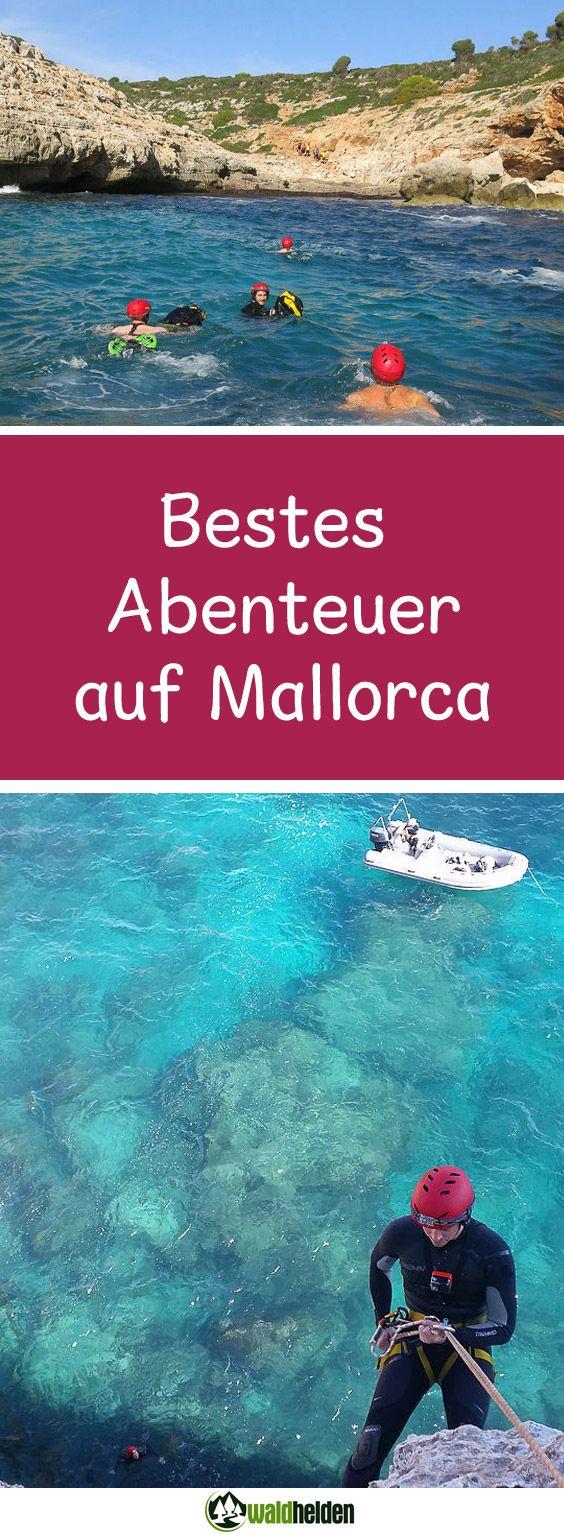 Coasteering auf Mallorca. Wir schwimmen in eine Höhle an der Ostküste Mallorcas. Die Wellen folgen uns und schlagen teilweise recht unsaft und mit einem lauten Knall gegen die Felswand. Die Atmosphäre wirkt ein wenig bedrohlich, aber Adhara, der