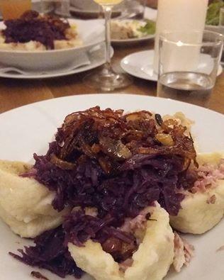 Knedlíky plněné masem z uzených žeber se skvěle párují s Cremé de Kambrium z Dobré Vinice / Czech traditional meals go well with petnats!