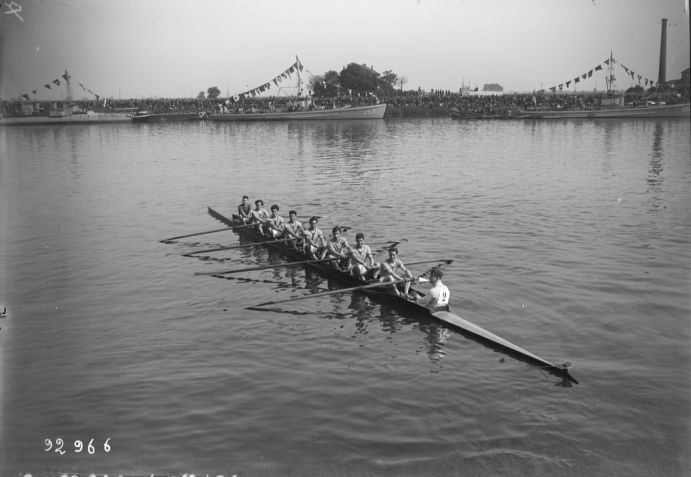 Argenteuil, 15/06/1924, championnats d'aviron, équipe S.N. Basse-Seine, gagnante des 8 juniors (en pointe avec barreur) | Photographie de presse : Agence Rol