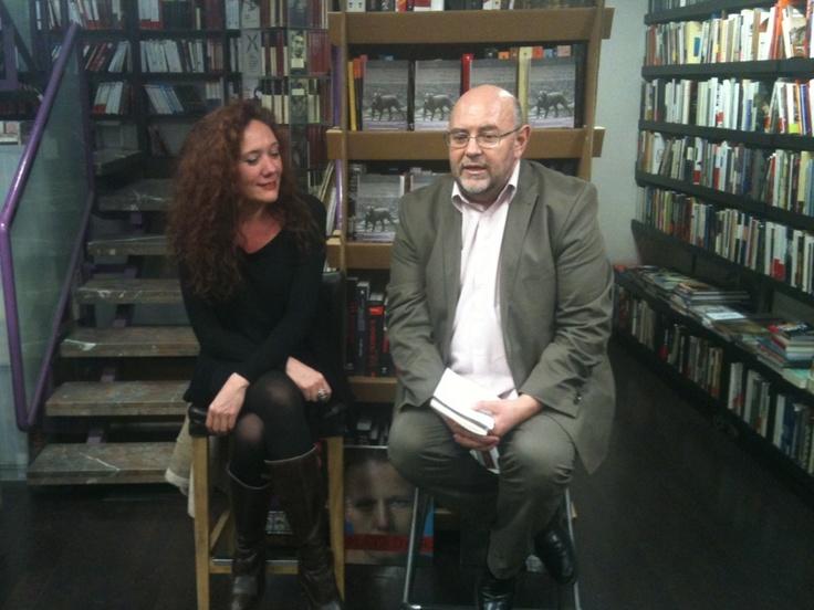 Cristina Fallarás y Antón Castro en Los Portadores de Sueños. Fallarás presentaba ´Últimos días en el puesto del este', libro editado por Salto de Página.