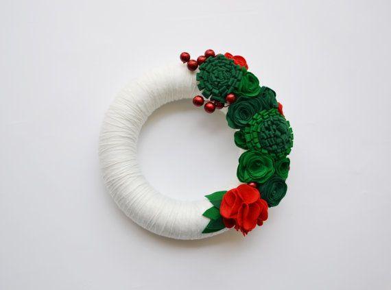 Ghirlanda fuori porta natalizia in lana e feltro, Corona fuori porta con rose in feltro e bacche decorative