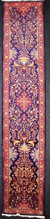 Uitzonderlijke Perzisch tapijt SAROUGH Iran wol zeer fijne runner: 440 x 87 cm  Deze tapijten worden geproduceerd in een grote regio rond het dorp van Sarough in het westelijke deel van centraal Iran. De tapijten vaak rood en blauw bestaan met verschillende soorten patronen maar vaak zijn voorzien van een centrale medaillon en een welomschreven frame. De wol die wordt gebruikt is van hoge kwaliteit en glanzend en de tapijten zijn solide en stevig.Handgeknoopte Perzische tapijt van Iraanse…