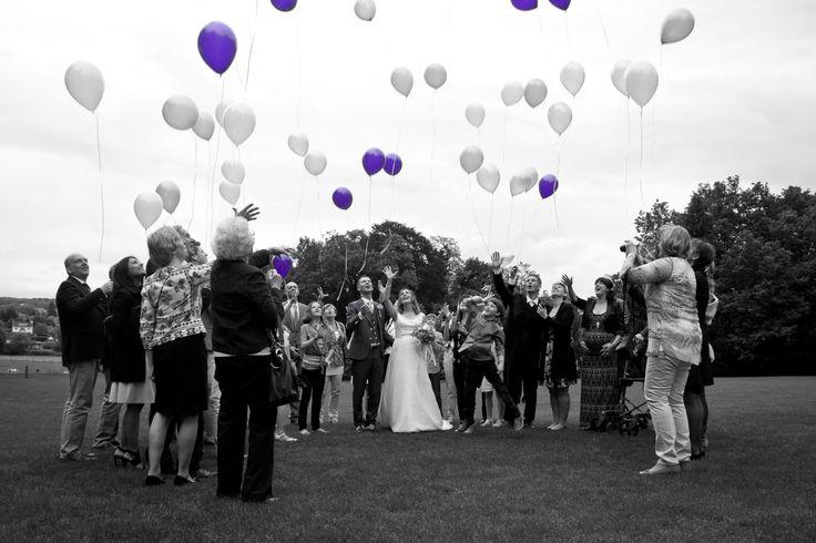 Zwartwit met een paars randje; ballonnen oplaten blijft mooi ritueel op bruiloft!
