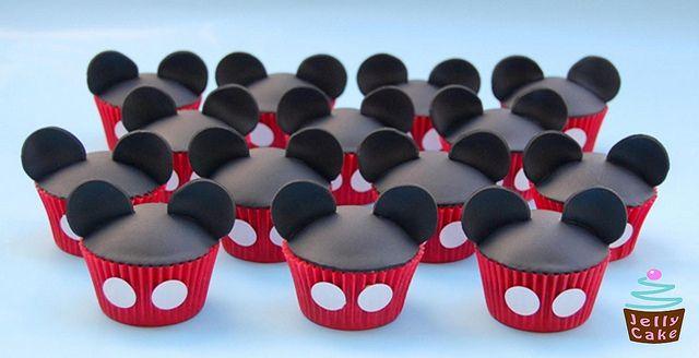 Mickey Mouse Cupcakes by www.jellycake.co.uk, via Flickr  => een pagina met allemaal leuke Mickey cupcake ideeën!