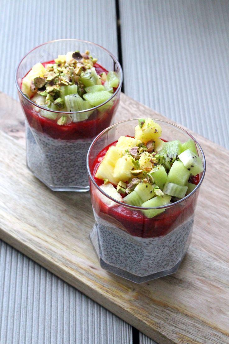 Chia-Samen sind super gesund! Ein richtiges Powerfrühstück wird daraus, wenn man die Samen über Nacht in Flüssigkeit einweicht und mit Früchten garniert.