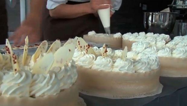 Se Mette Blomsterberg dekorere og fortælle, hvordan du laver en lækker hindbærlagkage, og få opskriften på kagen her.