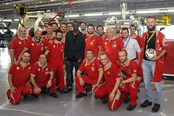 Mario Balotelli oggi in visita alla scuderia di Maranello. Ha visitato la fabbrica e ha parlato con gli operai della catena di montaggio. Poi si è messo in posa per l'immancabile foto di gruppo nella casa del cavallino rampante.