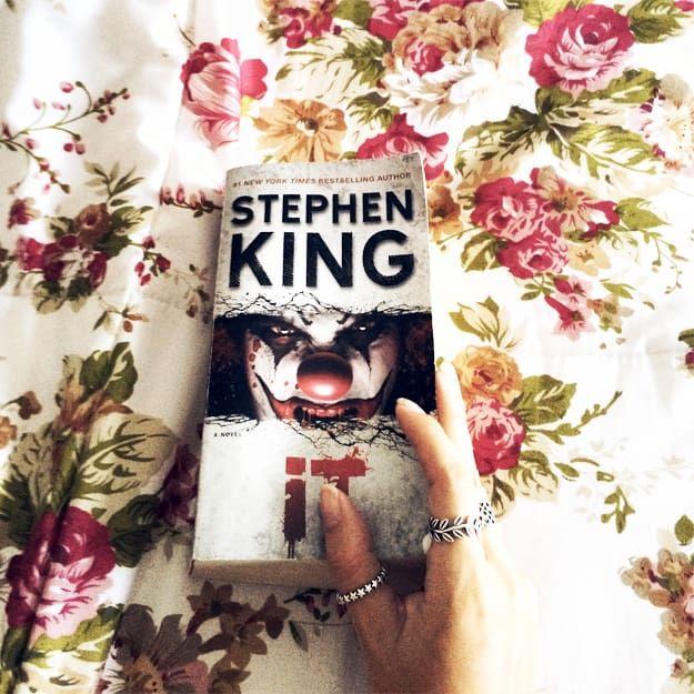"""Dois fatos isolados sobre mim: 1) eu sou obcecada por filmes de terror e suspense (apesar de morrer de medo depois) e 2) eu tenho a estranha mania de começar um livro, parar no meio, ler outro livro, parar no meio, e finalmente voltar ao primeiro, terminando enfim. Condição chamada de #bookception por mim mesma. Com o remake de """"It"""" do Stephen King não foi diferente: fiquei louca para assistir. Ainda mais pelo fato de que é um clássico do cinema e abalou (e desgraçou) a cabeça de diversas…"""